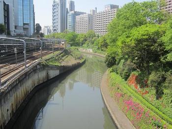 緑と線路と神田川.JPG